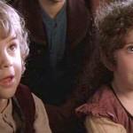 Due piccoli hobbit ascoltano il racconto di Bilbo, in un'immagine tratta dal film La compagnia dell'Anello